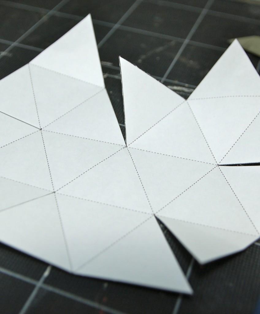 実線をカットし点線を手前に折り曲げた状態