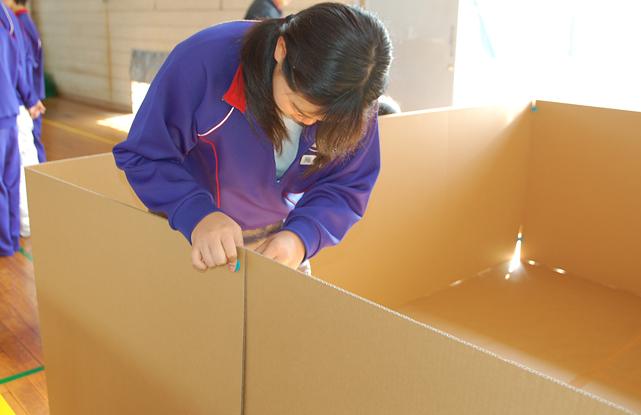 町内会防災訓練:避難スペースシミュレーション(手前:壁高90cm広さ4畳半)