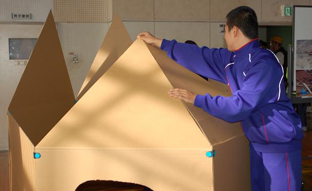 町内会防災訓練:避難所生活の向上を目指すプライベート確保のための段ボールシェルター