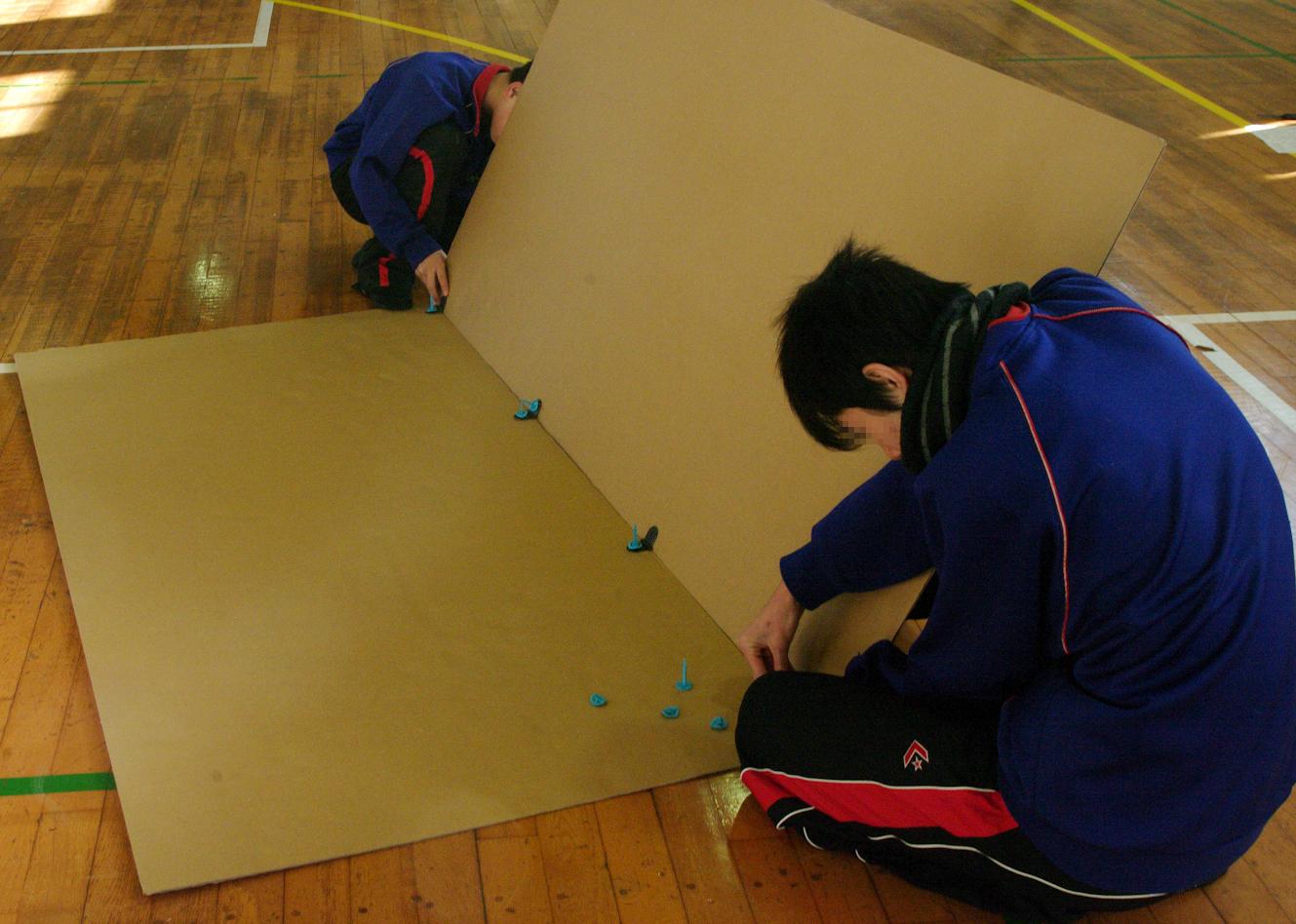 町内会の防災訓練で、災害時に役立つダンボール工作ワークショップをやりました。