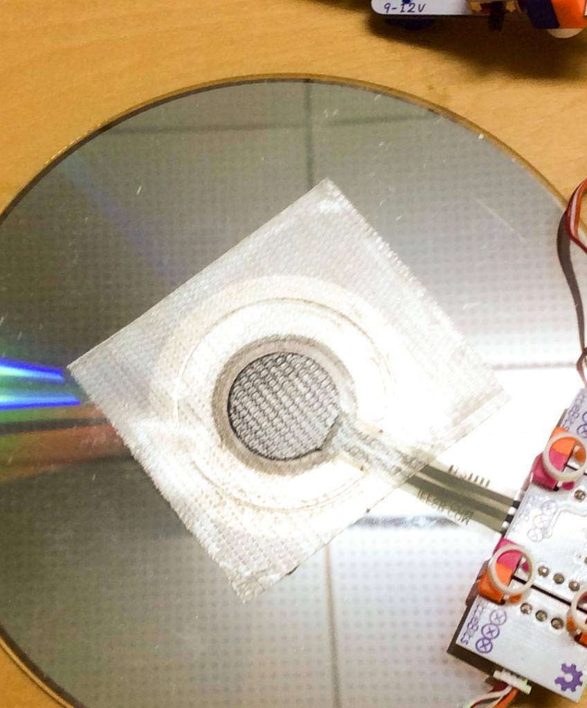 圧力センサーは、ほぼCDの真ん中の穴と同じ大きさ!