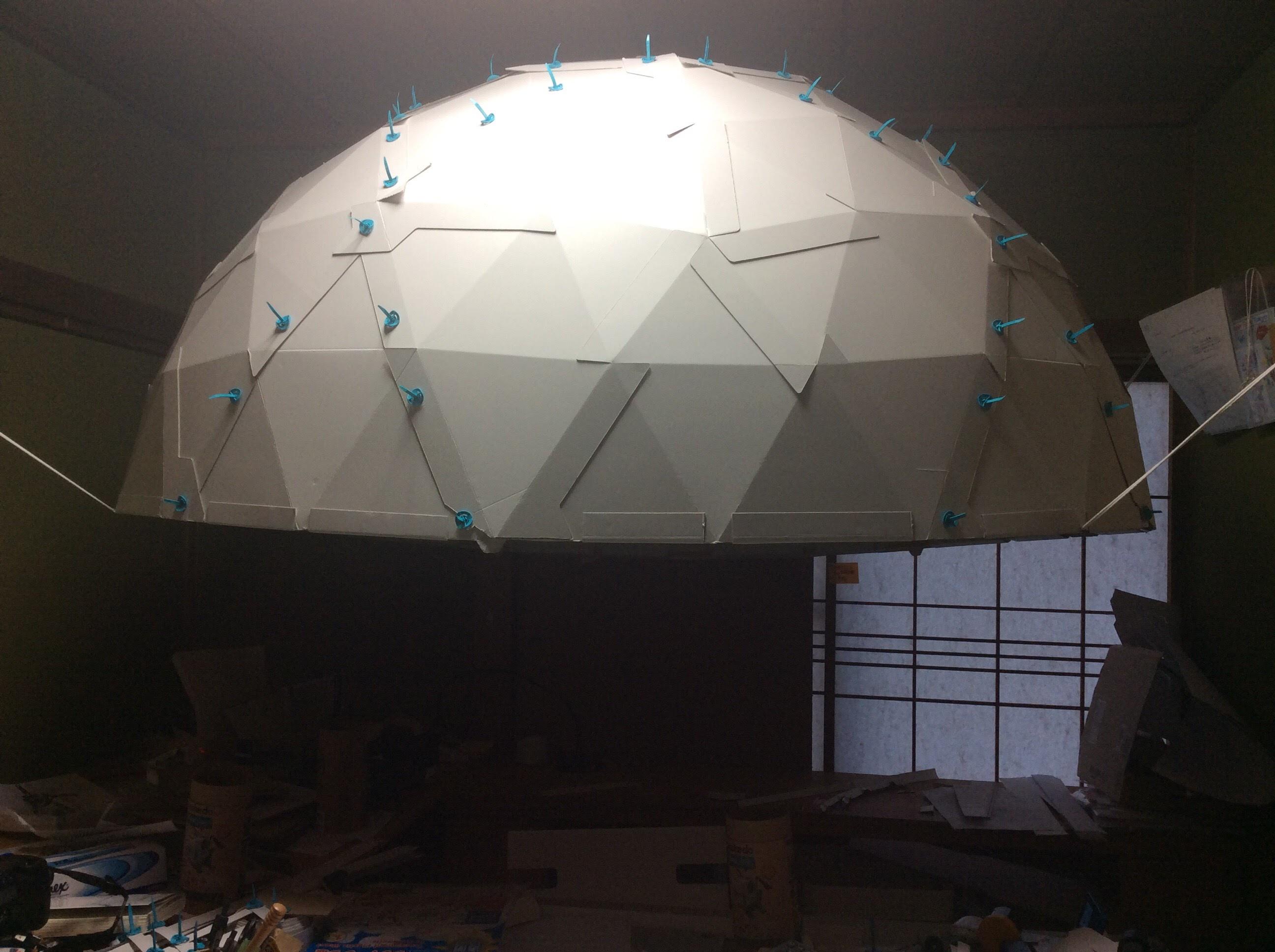 部屋に設置した半球ドーム