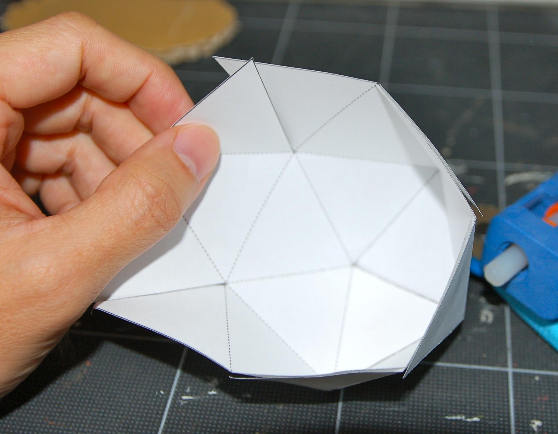 隣り合った三角形を重ねて接着していきます。