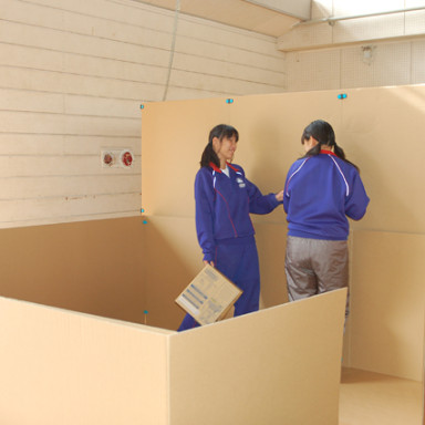 町内会防災訓練:避難スペースシミュレーション(手前:壁高90cm広さ4畳半/奥:壁高180cm広さ4畳半)