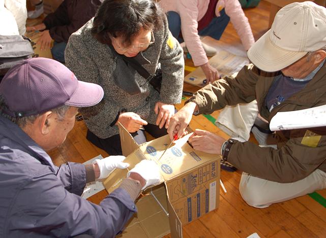 町内会防災訓練:ペットボトルの空箱で作る簡易トイレ